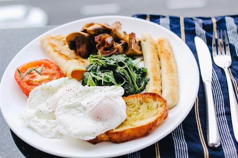 Αβγά ποσέ με ψητά σπαράγγια