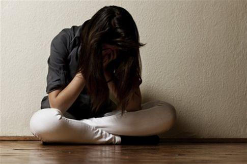 Τριπλάσιες πιθανότητες αυτοτραυματισμού από πρόθεση για τις έφηβες κοπέλες