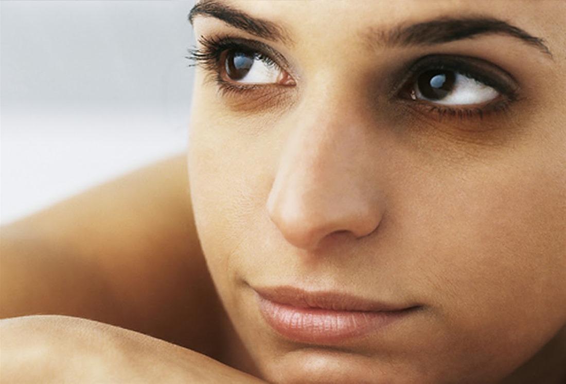 Τι συμβαίνει όταν μαύροι κύκλοι ή «σακούλες» κάτω από τα μάτια αλλοιώνουν την έκφραση του προσώπου μας;