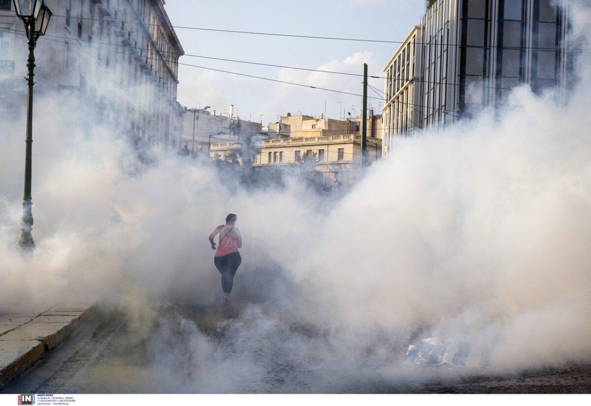 Αθήνα: Ένταση αντιεμβολιαστών και αντιεξουσιαστών σε διαμαρτυρία – Ένας τραυματίας