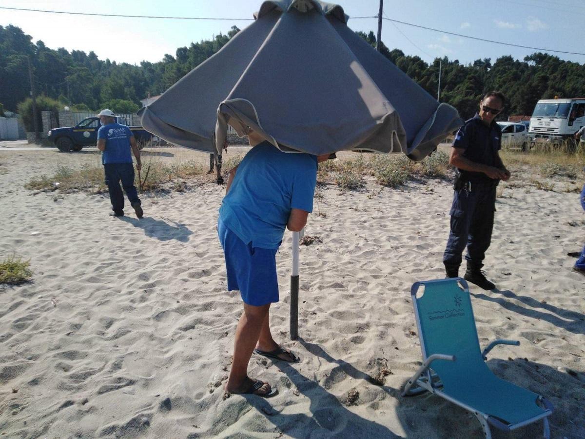 Απομακρύνονται οι παράνομες ομπρέλες στον Δήμο Κασσάνδρας