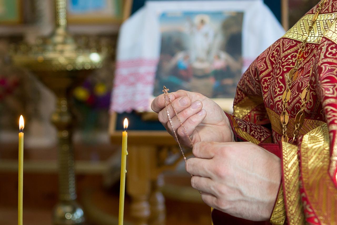 Βάπτιση: Γιατί ο νονός βάζει σταυρουδάκια στους καλεσμένους; (video)