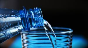 Καύσωνας: Πόσο νερό χρειάζεται ο οργανισμός