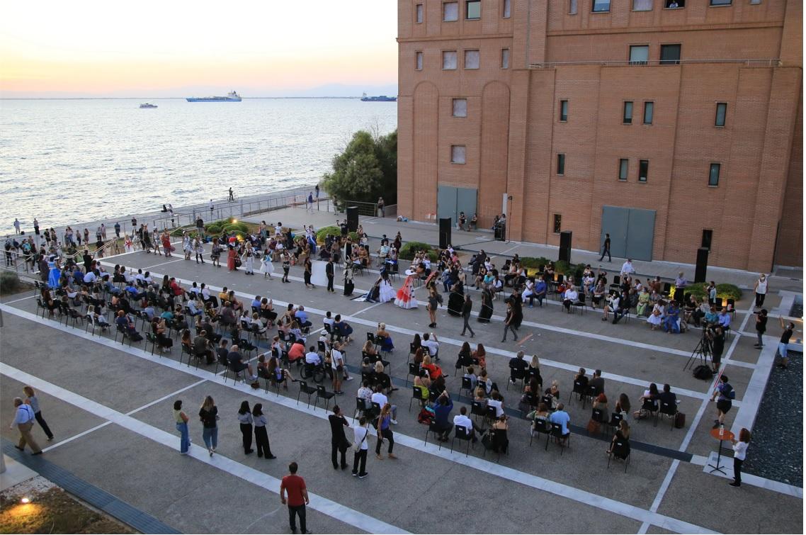 Η πλατεία του Μεγάρου Μουσικής Θεσσαλονίκης μετατρέπεται σε «πασαρέλα»!