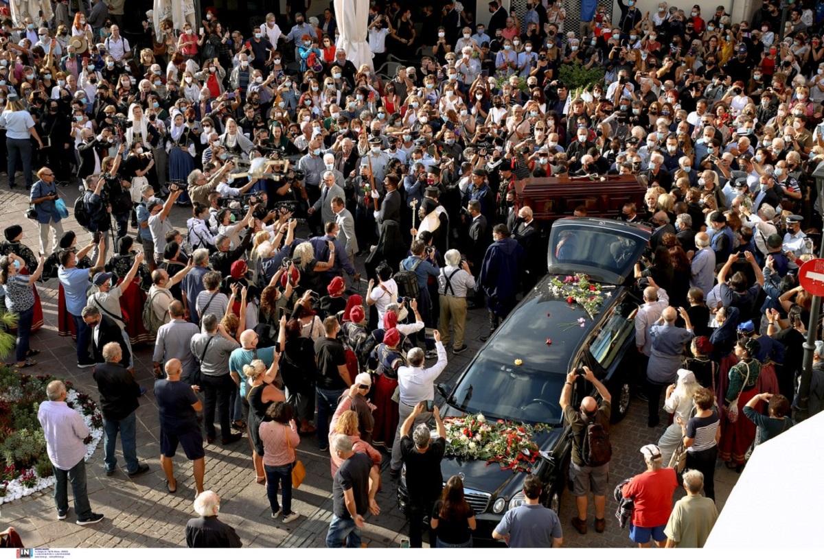 «Αθάνατος!»: Συγκίνηση στα Χανιά για τον Μίκη Θεοδωράκη – Στην Μητρόπολη η σορός του (ΦΩΤΟ)