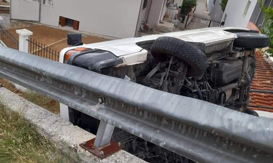Καβάλα: Αυτοκίνητο «προσγειώθηκε» σε οροφές σπιτιών (ΦΩΤΟ)