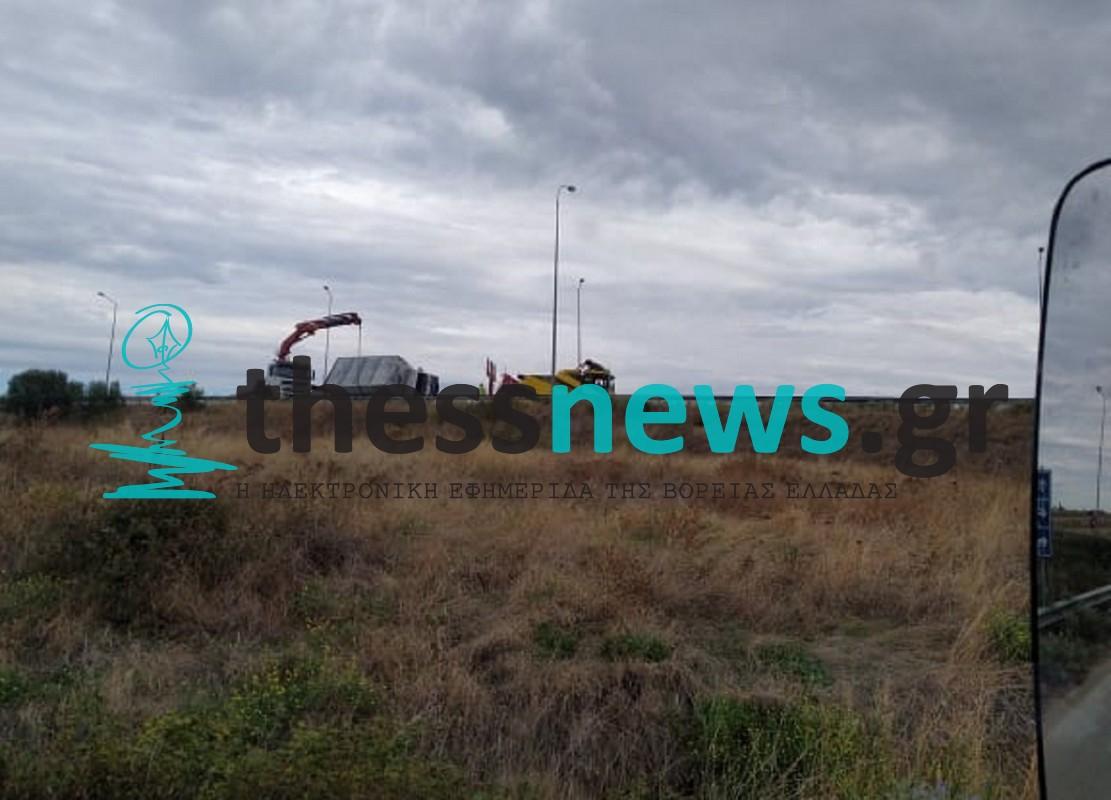 Ε.Ο. Θεσσαλονίκης – Μουδανιών: Ανατροπή φορτηγού με τραυματία στον κόμβο Σωζόπολης – Εκτροπή της κυκλοφορίας (ΦΩΤΟ)