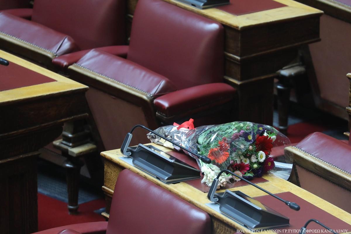 Bουλή: Ανθοδέσμη για τον Παύλο Μπακογιάννη