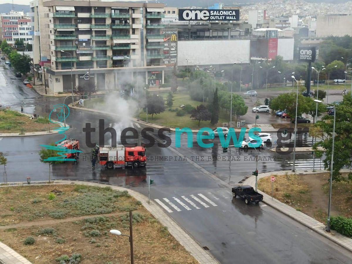 Δυτική Είσοδος Θεσσαλονίκης: Όχημα πήρε φωτιά στη μέση του δρόμου (ΦΩΤΟ)