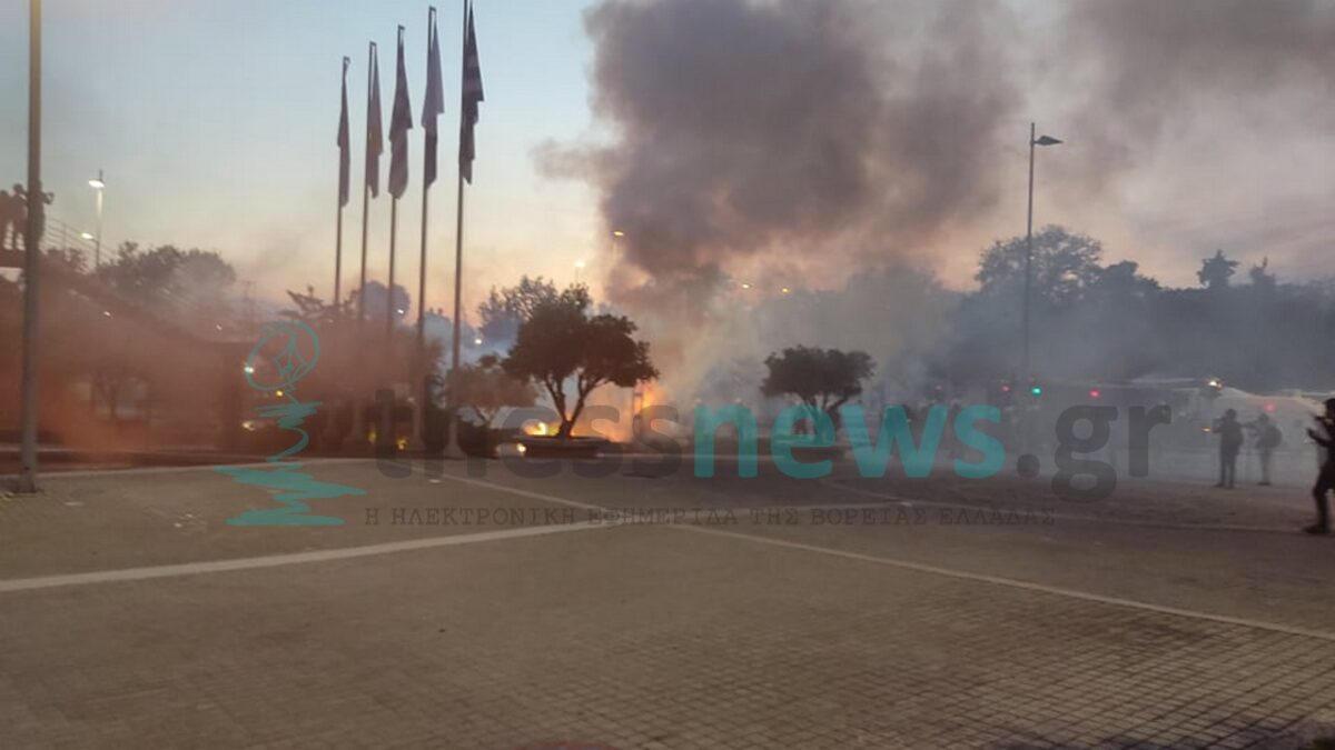 Πεδίο μάχης το κέντρο της Θεσσαλονίκης: Μολότοφ, δακρυγόνα και φωτιές έξω από το δημαρχείο (ΦΩΤΟ+VIDEO)