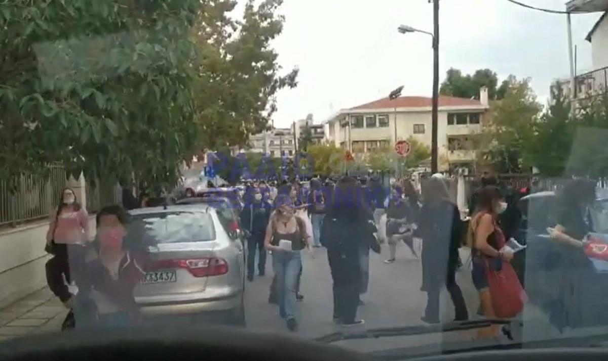 Επεισόδια έξω από το 1ο και 2ο ΕΠΑΛ Σταυρούπολης – Επίθεση σε φοιτητές με πέτρες και λοστούς (VIDEO)