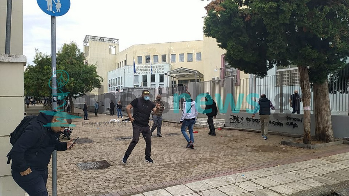 23 προσαγωγές και 5 συλλήψεις ανηλίκων για τα άγρια επεισόδια στο ΕΠΑΛ Σταυρούπολης – Μαχαίρια και κόφτες στην κατοχή τους