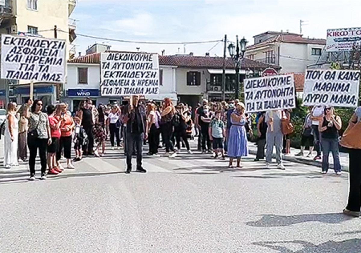 Λαγκαδάς: Πορεία διαμαρτυρίας από γονείς – μαθητές για το θέμα στέγασης του 1ου και 2ου Γυμνασίου (VIDEO)