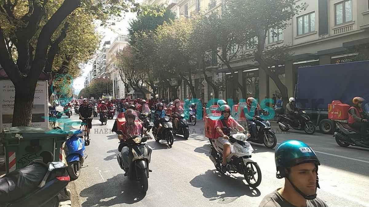 Μοτοπορεία των διανομέων της efood στο κέντρο της Θεσσαλονίκης (ΦΩΤΟ+VIDEO)