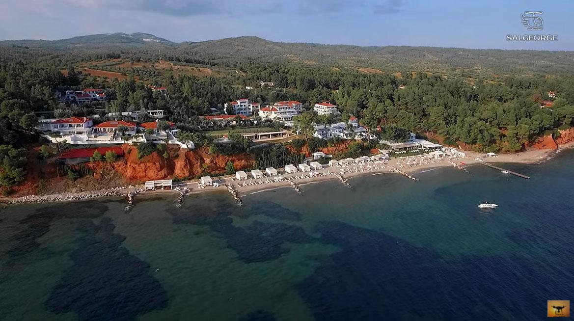 Χαλκιδική: Η παραλία με τα «κόκκινα» χώματα (video)