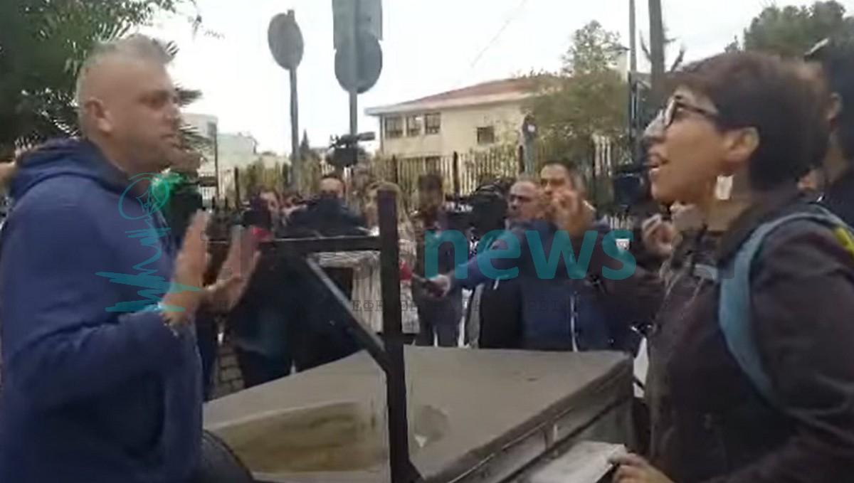 Σταυρούπολη: Οργή πατέρα προς φοιτητές – «Γιατί φοράνε κουκούλες και κρατούν δοκάρια;» (VIDEO)