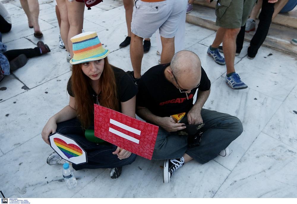 Ηχηρό «ναι» στους γκέι γάμους με 64% λέει η Ελβετία