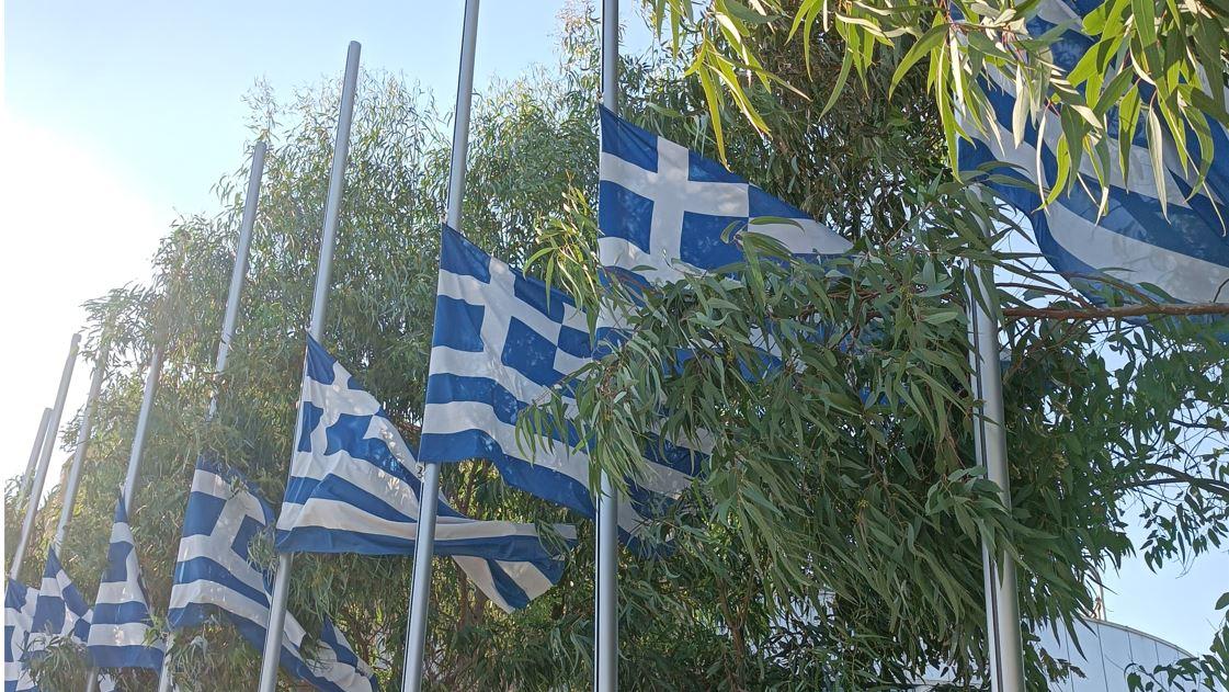 Μέγαρο Μουσικής: Μεσίστιες οι σημαίες ως ύστατο χαίρε στον μεγάλο Μίκη Θεοδωράκη