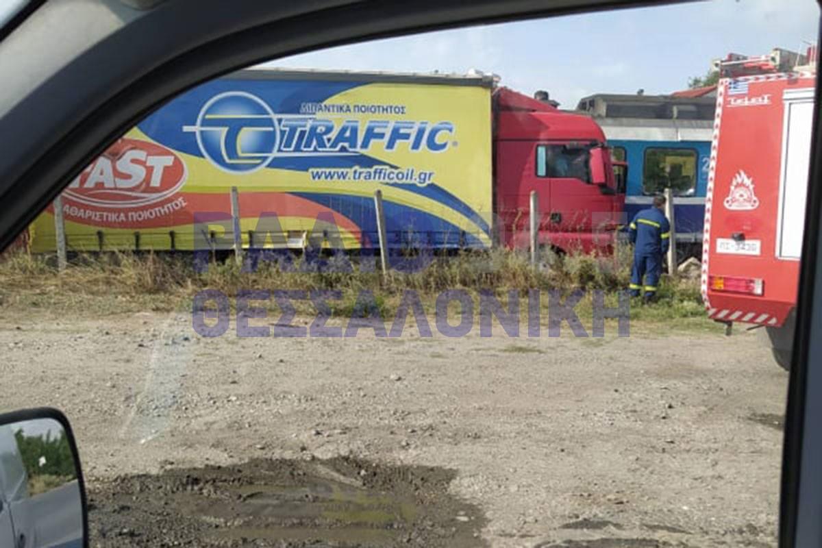 ΣΥΜΒΑΙΝΕΙ ΤΩΡΑ: Σύγκρουση φορτηγού με τρένο στη Θεσσαλονίκη– Ένας τραυματίας (ΦΩΤΟ)