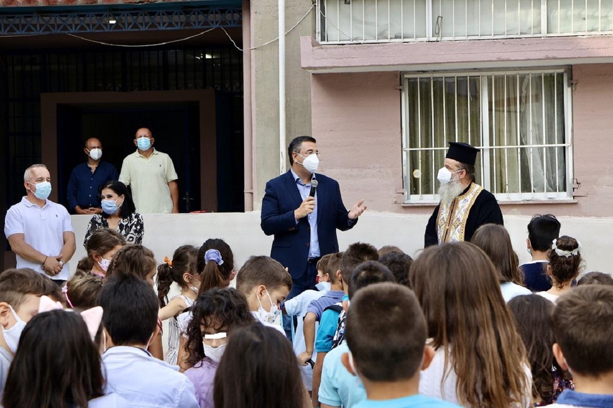 Στην τελετή αγιασμού του 11ου Δημοτικού Σχολείου Καλαμαριάς ο Τζιτζικώστας (ΦΩΤΟ)