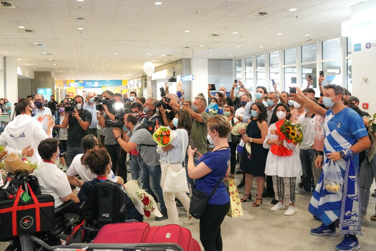 Αποθεώθηκαν οι παραολυμπιονίκες στο αεροδρόμιο (ΦΩΤΟ)