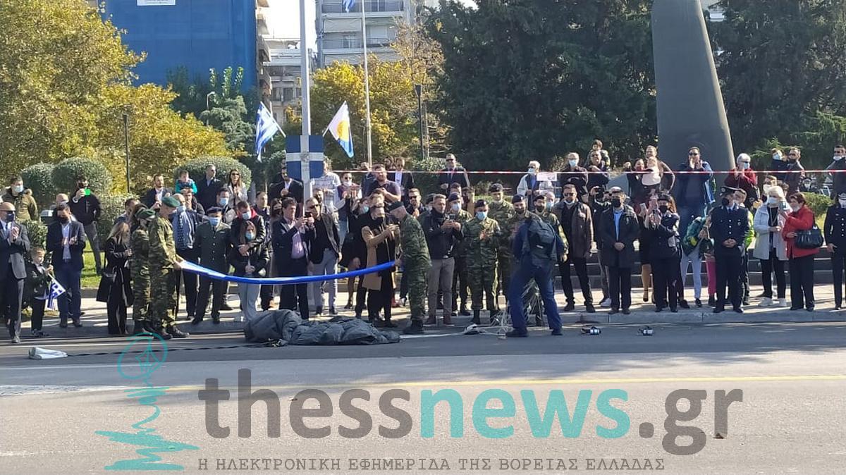 Εντυπωσίασαν οι αλεξιπτωτιστές στην στρατιωτική παρέλαση της Θεσσαλονίκης (ΦΩΤΟ-VIDEO)