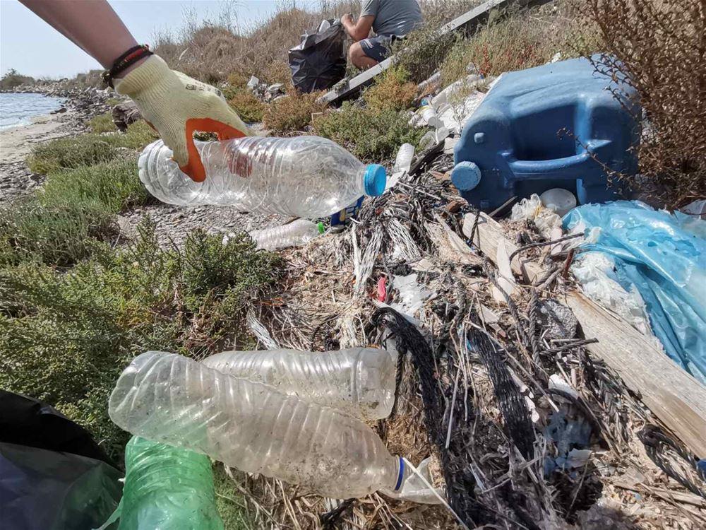 Εθελοντές καθαρίζουν τις ακτές και μιλούν στην «Εφαρμογή Θεσσαλονίκη»
