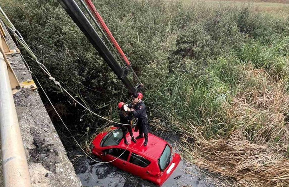 «Βουτιά» αυτοκινήτου σε κανάλι στη Θέρμη – Χρειάστηκε απεγκλωβισμός (ΦΩΤΟ)