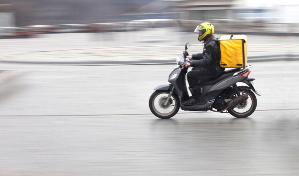Ερώτηση Κουμουτσάκου στη Βουλή για μέτρα για την οδική ασφάλεια των μοτοσικλετιστών – διανομέων