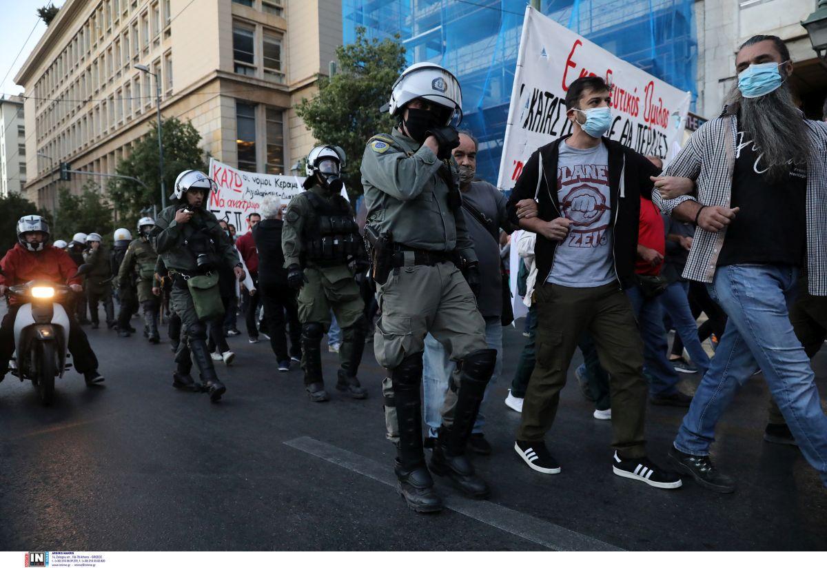 Αθήνα: Επεισόδια στο πανεκπαιδευτικό συλλαλητήριο στο Σύνταγμα (VIDEO)