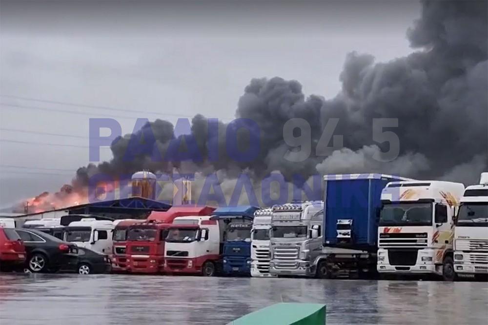 ΣΥΜΒΑΙΝΕΙ ΤΩΡΑ: Μεγάλη φωτιά σε αποθήκη τροφίμων στα Διαβατά (VIDEO)