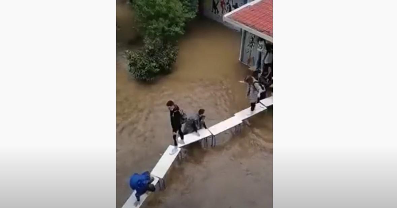 """Μαθητές έφτιαξαν """"γέφυρα"""" με θρανία και καρέκλες για να βγουν από πλημμυρισμένο σχολείο (VIDEO)"""