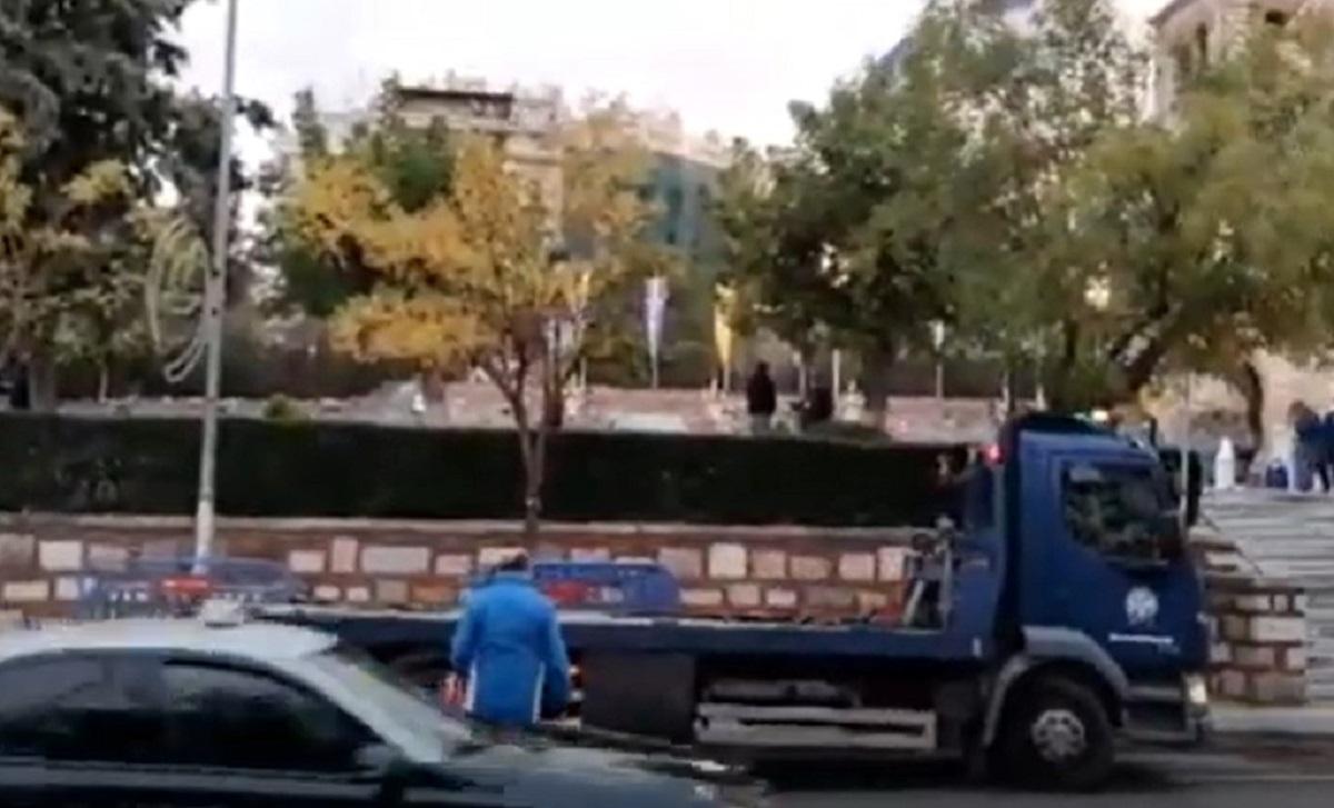 ΣΥΜΒΑΙΝΕΙ ΤΩΡΑ: Προετοιμασίες για τις εορταστικές εκδηλώσεις στον Άγιο Δημήτριο – Γερανός απομακρύνει οχήματα (VIDEO)