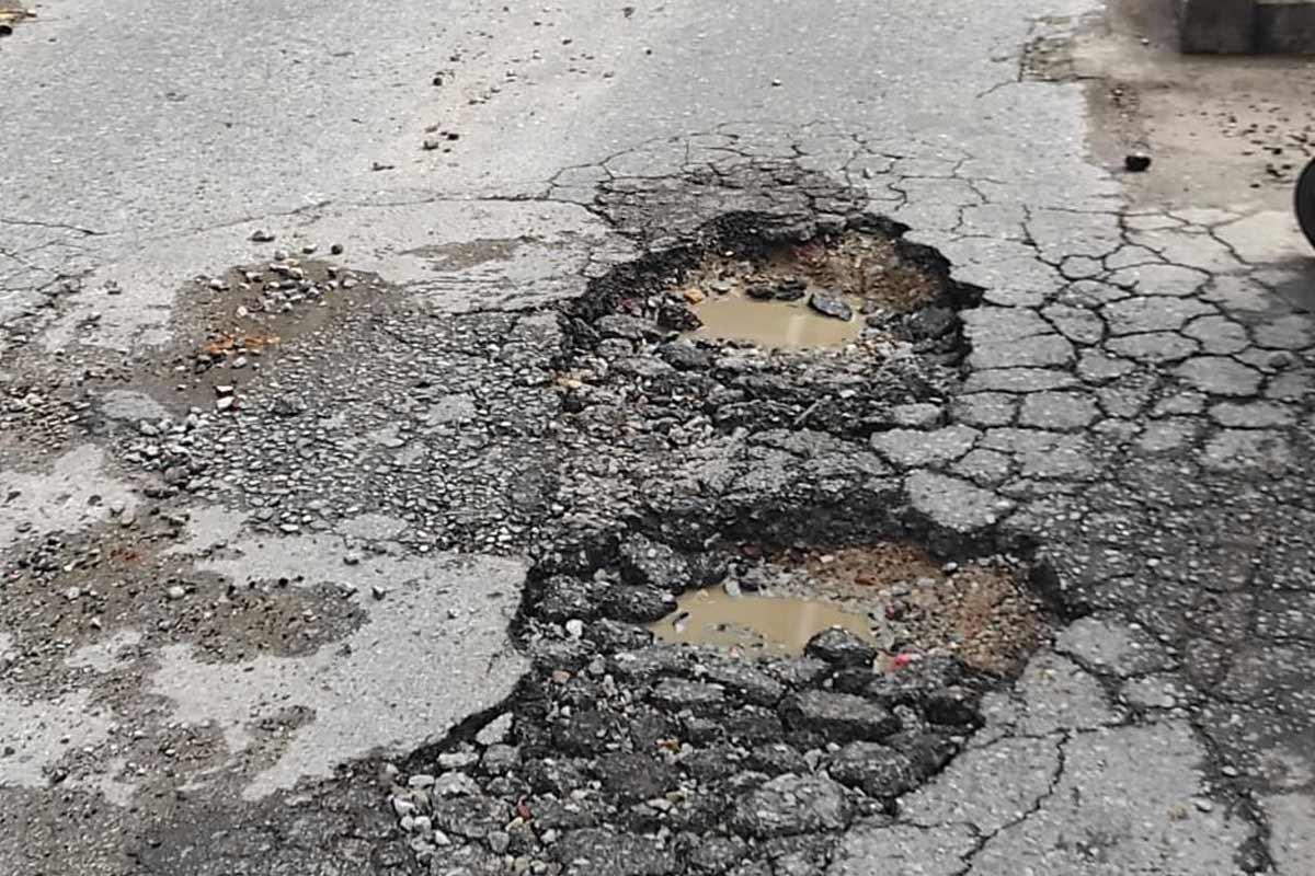 «Μπαλώνουν» τρύπες και λακούβες – Εντατικές εργασίες αποκατάστασης των δρόμων (ΦΩΤΟ)
