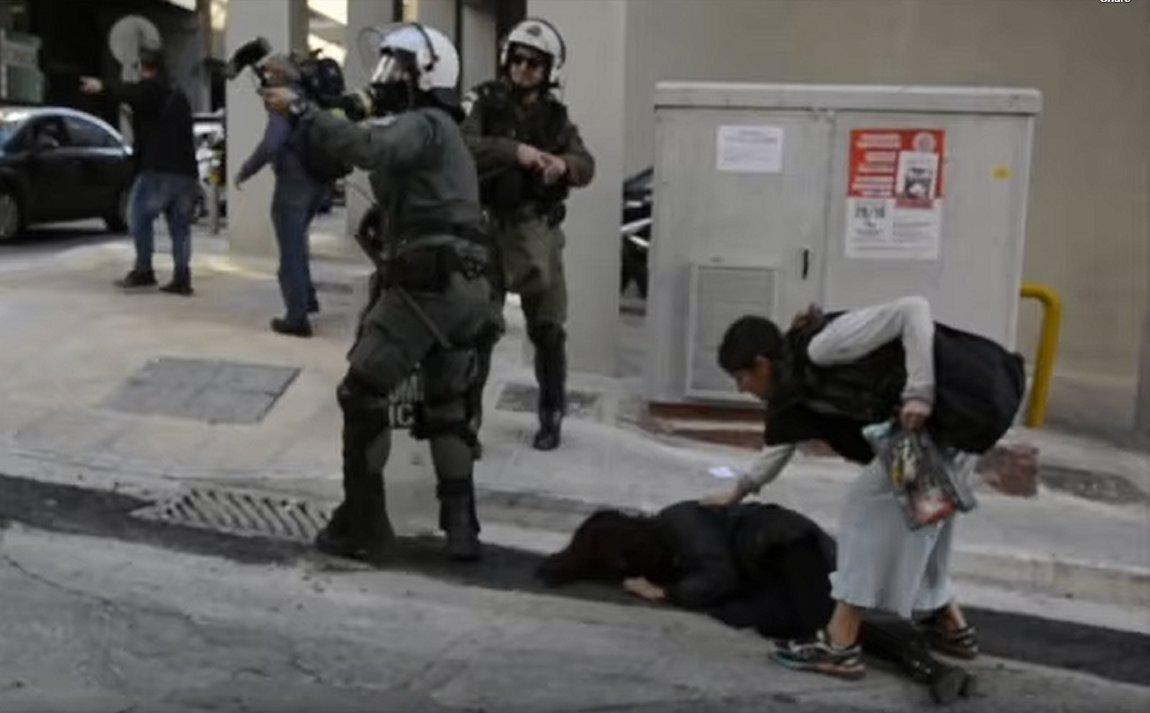 Αθήνα: Έρευνα για τον αστυνομικό που έσπασε τζαμαρία στα Εξάρχεια