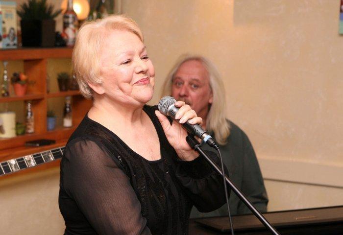 Η Μαίρη Λίντα τραγουδά δημόσια μετά από χρόνια και συγκινεί (VIDEO)