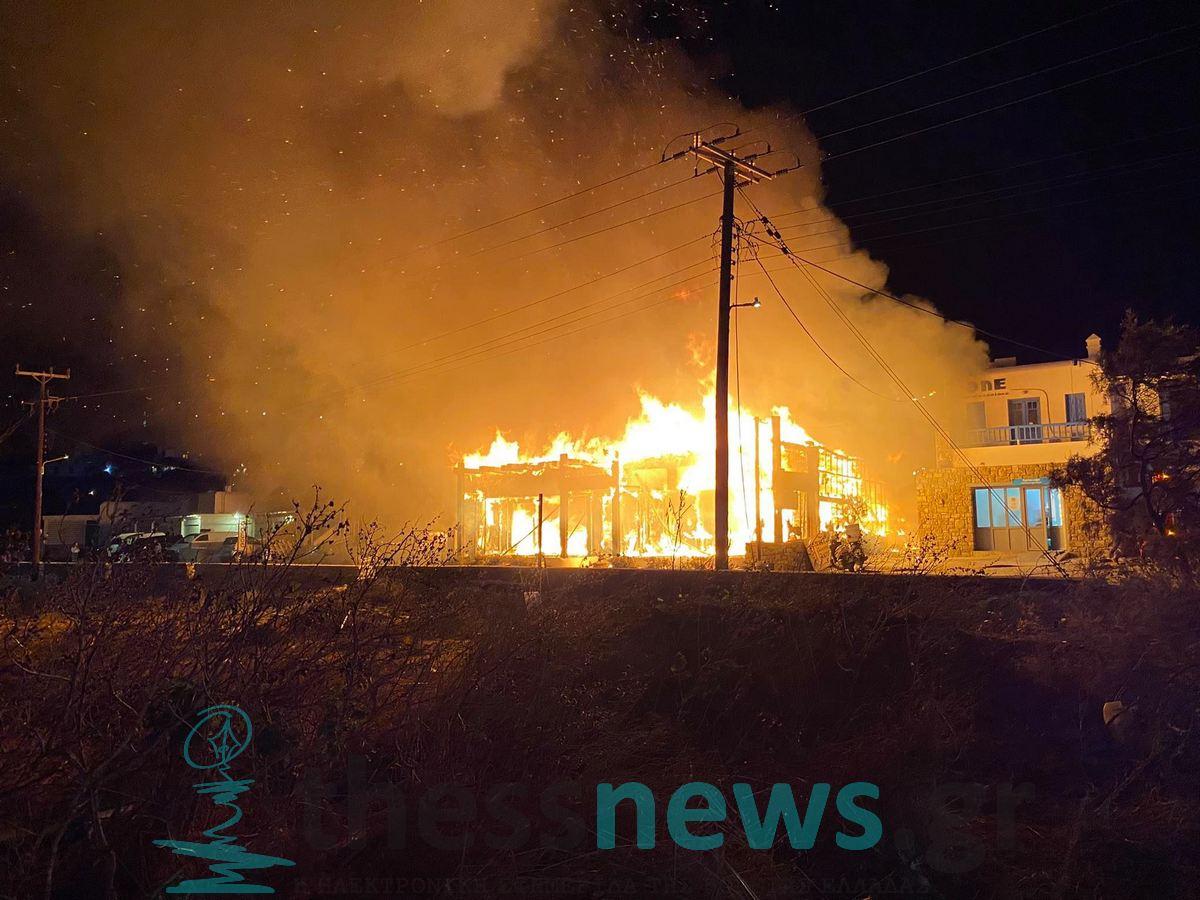 Μύκονος: Φωτιά κατακαίει γνωστό μαγαζί του νησιού (ΦΩΤΟ- VIDEO)