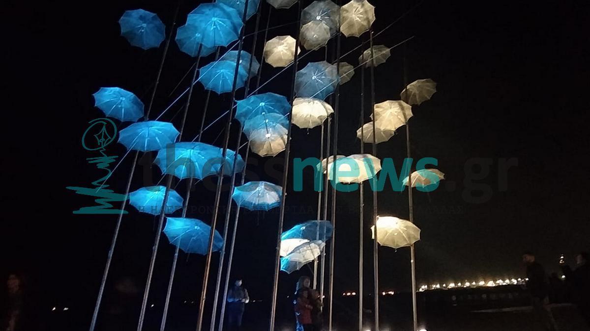 «Γαλανόλευκες» οι ομπρέλες Ζογγολόπουλου στη Θεσσαλονίκη (ΦΩΤΟ)