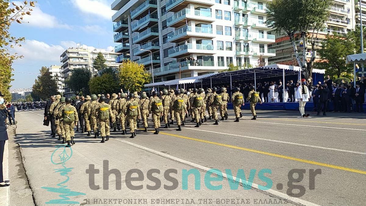 Θεσσαλονίκη: Οι «σκληροί» ΟΥΚάδες καταχειροκροτήθηκαν στην στρατιωτική παρέλαση (VIDEO)