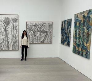 Η Ντένη Θεοχαράκη στην εμβληματική Saatchi Gallery του Λονδίνου