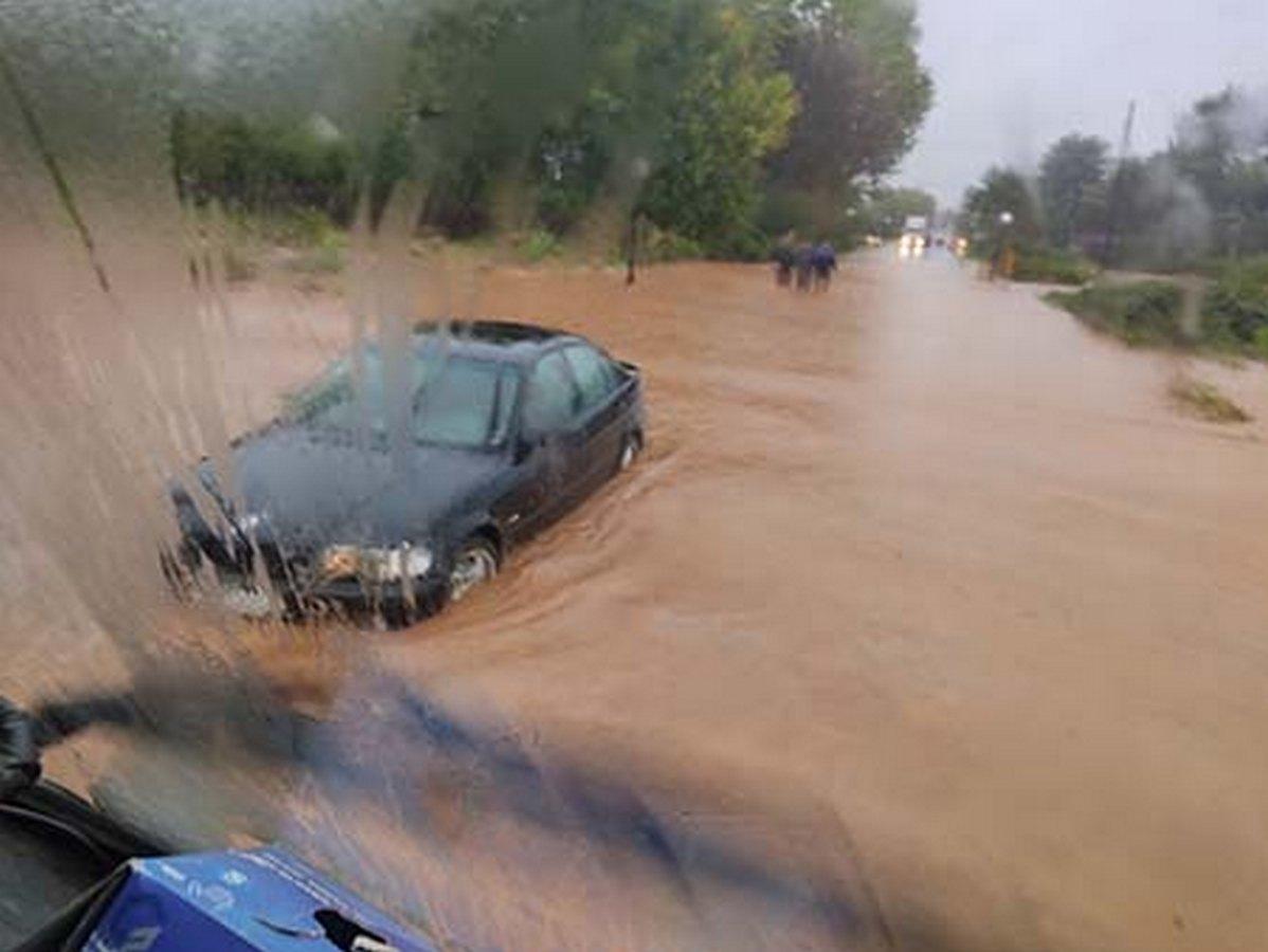 Ζαγκλιβέρι: 74χρονος ανέβηκε σε οροφή αυτοκινήτου για να γλυτώσει τα ορμητικά νερά (ΦΩΤΟ)