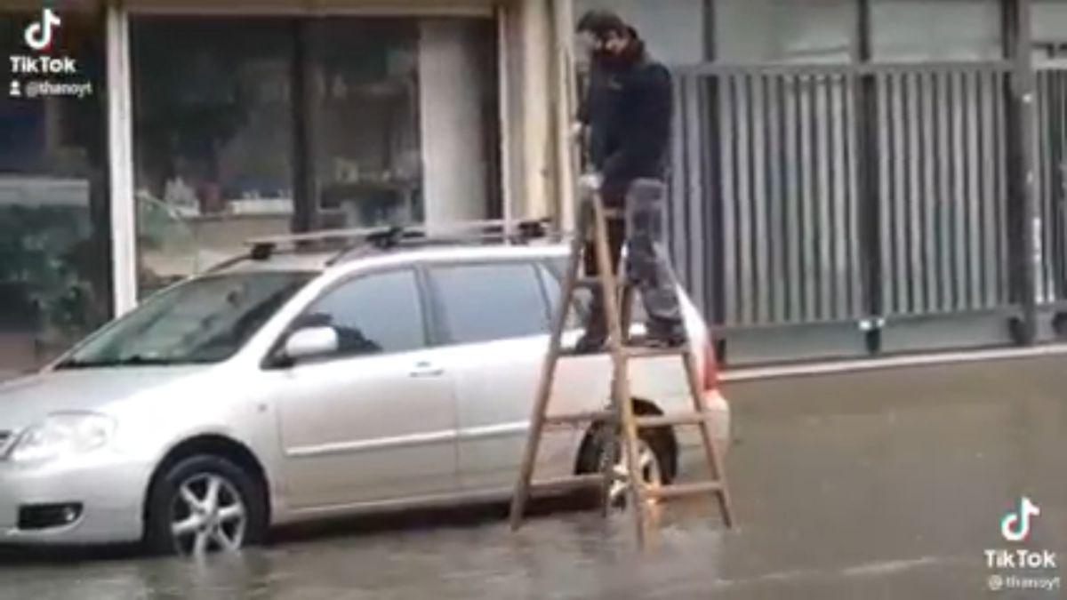 Κακοκαιρία: Πηγαίνει με σκάλα στο αμάξι του και γίνεται Viral (VIDEO)