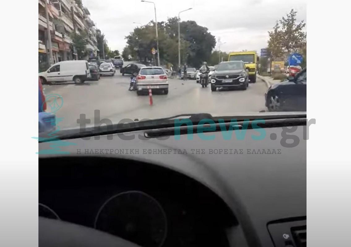 ΣΥΜΒΑΙΝΕΙ ΤΩΡΑ: Τροχαίο με τραυματία στο κέντρο της Θεσσαλονίκης (VIDEO)