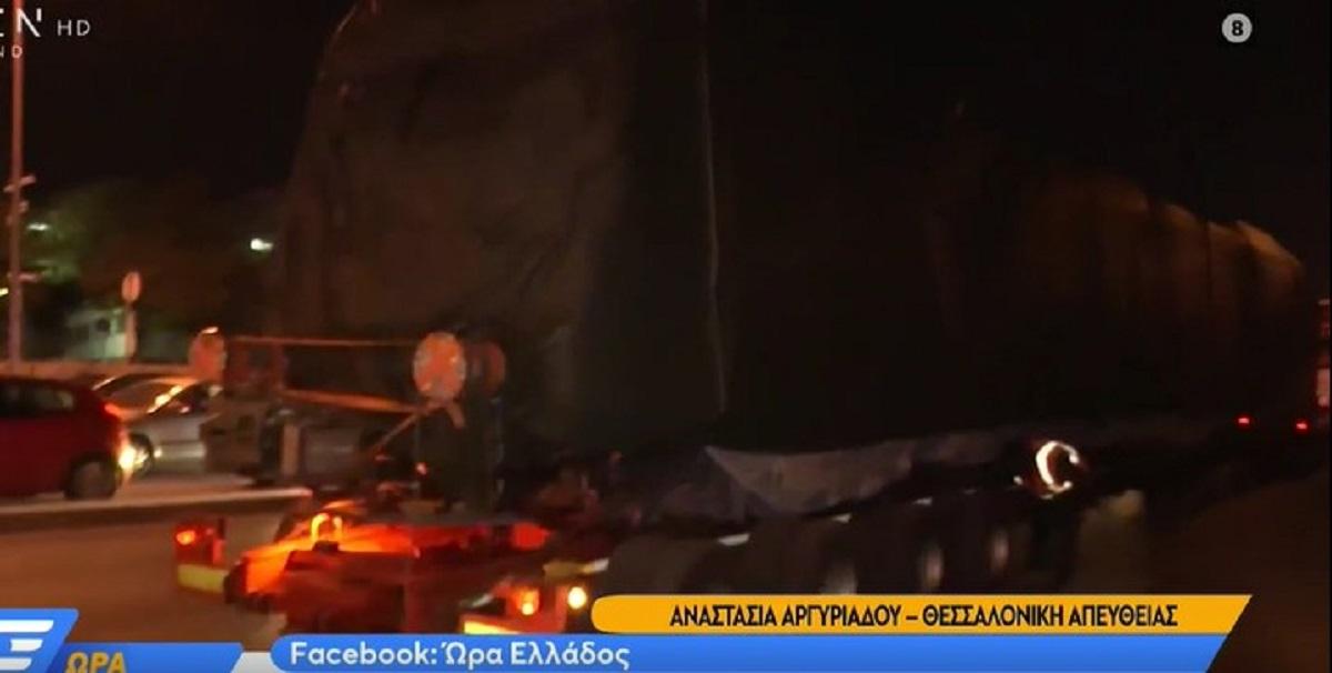Θεσσαλονίκη: «Κόλλησε» νταλίκα με βαγόνι του Μετρό στο φανάρι του Φοίνικα (VIDEO)