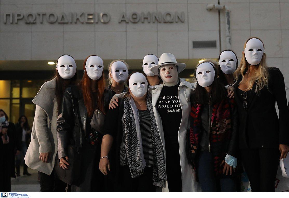 Στήριγμα της Ιωάννας οι φίλες της – Με λευκές μάσκες στο δικαστήριο (ΦΩΤΟ-VIDEO)